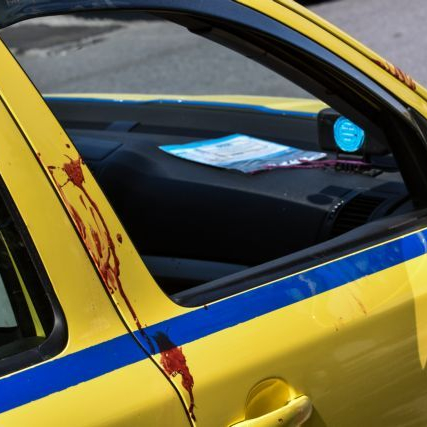 Τραγωδία στο Ελληνικό-Οργή για τον ταξιτζή που πέταξε έξω την αιμόφυρτη 50χρονη για να μην του λερώσει τα καθίσματα!