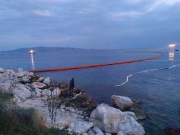 τάνκερ με κροατική σημαία προκάλεσε ρύπανση των υδάτων στην περιοχή της Πάχης Μεγάρων (2)