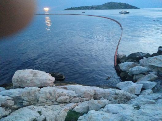τάνκερ με κροατική σημαία προκάλεσε ρύπανση των υδάτων στην περιοχή της Πάχης Μεγάρων (1)