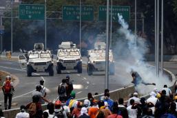 ΣΟΚΑΡΙΣΤΙΣΟΚΑΡΙΣΤΙΚΟ ΒΙΝΤΕΟ-Τεθωρακισμένο όχημα πέφτει πάνω στο πλήθος στην #Βενεζούελα #ΠραξικόπημαΚΟ ΒΙΝΤΕΟ-Τεθωρακισμένο όχημα πέφτει πάνω στο πλήθος στην #Βενεζούελα #Πραξικόπημα