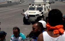 ΣΟΚΑΡΙΣΤΙΚΟ ΒΙΝΤΕΟ-Τεθωρακισμένο όχημα πέφτει πάνω στο πλήθος στην #Βενεζούελα #Πραξικόπημα