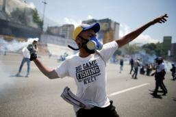 ΣΟΚΑΡΙΣΤΙΚΟ ΒΙΝΤΕΟ-Τεθωρακισμένο όχημα πέφτει πάνω στο πλήθος στην #Βενεζούελα #Πραξικόπημα venezuela_epeisodia_3004_1-768x501 (3)