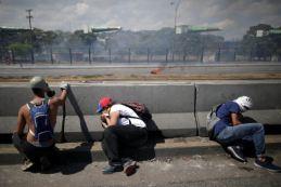 ΣΟΚΑΡΙΣΤΙΚΟ ΒΙΝΤΕΟ-Τεθωρακισμένο όχημα πέφτει πάνω στο πλήθος στην #Βενεζούελα #Πραξικόπημα venezuela_epeisodia_3004_1-768x501 (5)