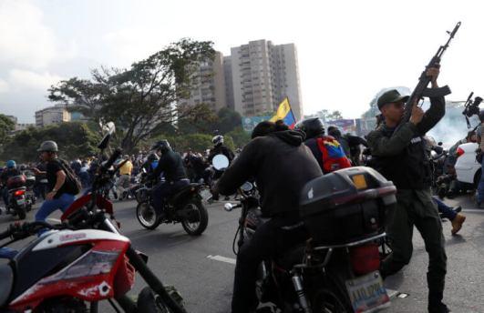 ΣΟΚΑΡΙΣΤΙΚΟ ΒΙΝΤΕΟ-Τεθωρακισμένο όχημα πέφτει πάνω στο πλήθος στην #Βενεζούελα #Πραξικόπημα venezuela_epeisodia_3004_1-768x501 (6)