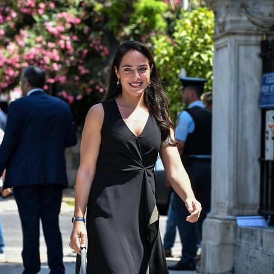 """Η σύμβουλος μεταρρυθμίσεων του Κυριάκου Μητσοτάκη και νυν υφυπουργός Εργασίας Δόμνα Μιχαηλίδου στο ΣΚΑΪ """"Η Ελλάδα μεταξύ 2013-2014 ήταν πρωταγωνίστρια στις μεταρρυθμίσεις και στις μεταρρυθμίσεις ανταγωνιστικότητας και σύμφωνα με στοιχεία από τον ΟΟΣΑ και σύμφωνα με στοιχεία από την Παγκόσμια Τράπεζα, είχαμε μεγάλη άνοδο της ανταγωνιστικότητας. Γιατί καταφέραμε να μειώσουμε πάρα πολύ το κόστος εργασίας, το εργασιακό μπήκε σε ένα πλαίσιοπιο ευέλικτο, το μισθολογικό μπήκε σε ένα πλαίσιο πολύ πιο σκληρό, οπότε καταφέραμε να μειώσουμε το κόστος εργασίας (υποκατώτατος, μείωση βασικού, ατομικές συμβάσεις, ημιαπασχόληση κτλ).... ...Το 2015-2016 αυτή η πρόοδος σύμφωνα και με τον ΟΟΣΑ και την Παγκόσμια Τράπεζα , είχαμε μια όχι μόνον στασιμότητα, όχι μόνον μια καθίζηση, αλλά πήγαμε πίσω από το 2012 (που ψήφιστηκε ο υποκατώτατος) """""""
