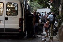 Greek armed Police arresting women with kids and infants @Amnesty @guardian @paulmasonnews @bbc @CNNi @NYTimes @WashingtonPost @VP @statedeptspox @CBS @NBC @ABC @CNBC @Reuters @ReutersWorld @AP @DerSPIEGEL @BILD @ze ( (130)