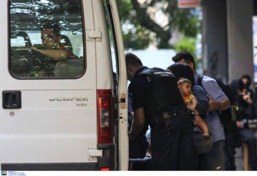 Greek armed Police arresting women with kids and infants @Amnesty @guardian @paulmasonnews @bbc @CNNi @NYTimes @WashingtonPost @VP @statedeptspox @CBS @NBC @ABC @CNBC @Reuters @ReutersWorld @AP @DerSPIEGEL @BILD @ze ( (131)