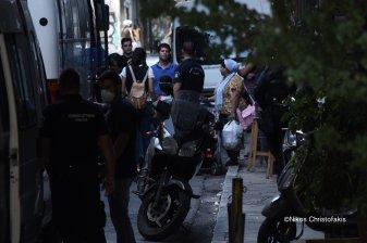 Greek armed Police arresting women with kids and infants @Amnesty @guardian @paulmasonnews @bbc @CNNi @NYTimes @WashingtonPost @VP @statedeptspox @CBS @NBC @ABC @CNBC @Reuters @ReutersWorld @AP @DerSPIEGEL @BILD @ze ( (132)