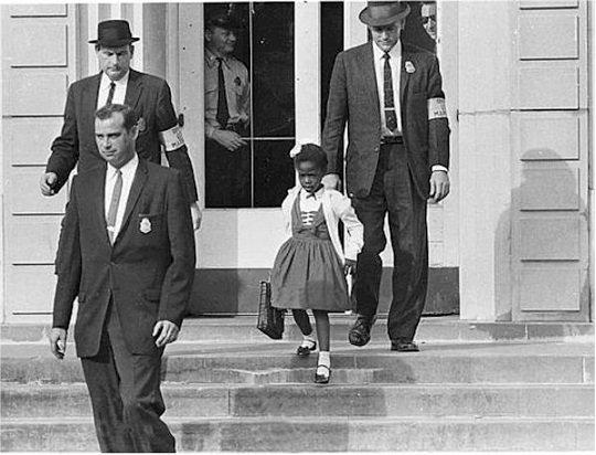 14 Νοεμβρίου 1960, Νέα Ορλεάνη, ένα άλλο παιδί περνάει για πρώτη φορά τις πόρτες του σχολείου, συνοδεία αστυνομικών, χωρίς φίλους να το υποδέχονται αλλά μόνο κατάρες και απειλές από ενήλικες γονείς λευκών παιδιών.