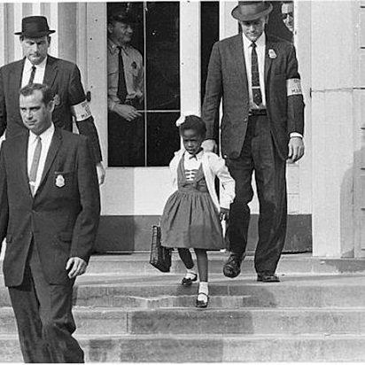 14 Νοεμβρίου 1960, Νέα Ορλεάνη, ένα άλλο παιδί περνάει για πρώτη φορά τις πόρτες του σχολείου, συνοδεία αστυνομικών, χωρίς φίλους να το υποδέχονται αλλά μόνο κατάρες και απειλές από ενήλικες γονείς λευκών παιδιών.. Δεν θέλαν κοντά στα λευκά παιδιά τους τη Ρούμπι Μπρίτζις