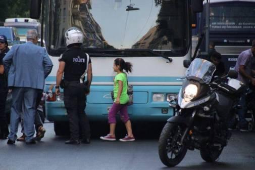 Ο αδίστακτος Χρυσοχοϊδης στέλνει πάνοπλους αστυνομικούς σε παιδιά