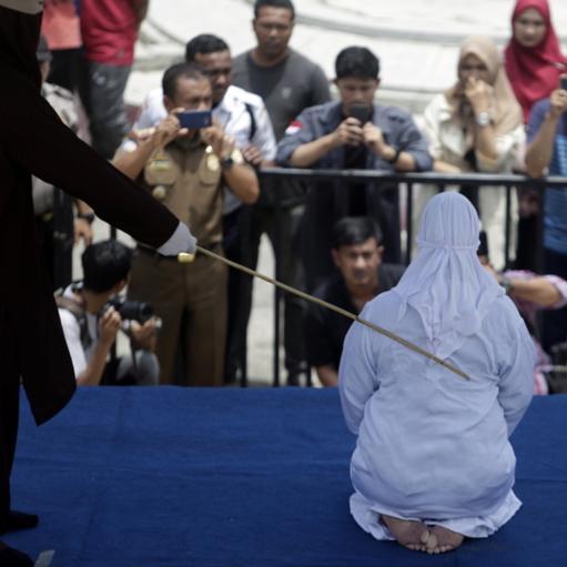 Μεσαίωνας! Γυναίκα καταρρέει από τον πόνο μετά από δημόσιο μαστίγωμα! Στην επαρχία Άτσεχ της Ινδονησίας το δημόσιο μαστίγωμα ξεκίνησε και η γυναίκα λίγη ώρα μετά κατέρρευσε από τον πόνο και χρειάστηκε να μεταφερθεί με φορείο. Η επαρχία αυτή είναι η μόνη που εφαρμόζεται πιστά ο νόμος της Σαρίας που προβλέπει σωματικές τιμωρίες για «εγκλήματα» όπως οι εξωσυζυγικές σχέσεις, η ομοφυλοφιλία και το κάπνισμα! Νομοθέτες στην χώρα αυτή που είναι στην πλειοψηφία της μουσουλμανική, εξετάζουν το ενδεχόμενο η Σαρία να εφαρμόζεται σε όλη την χώρα!