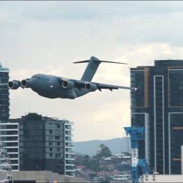C-17-Brisbane ΚΟΒΕΙ ΤΗΝ ΑΝΑΣΑ η εντυπωσιακή πτήση μεταγωγικού ανάμεσα σε ουρανοξύστες! (2)