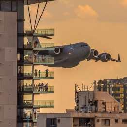 C-17-Brisbane ΚΟΒΕΙ ΤΗΝ ΑΝΑΣΑ η εντυπωσιακή πτήση μεταγωγικού ανάμεσα σε ουρανοξύστες! (3)