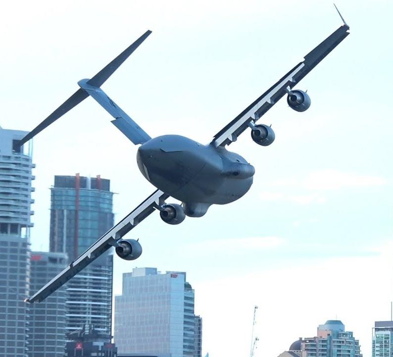 C-17-Brisbane ΚΟΒΕΙ ΤΗΝ ΑΝΑΣΑ η εντυπωσιακή πτήση μεταγωγικού ανάμεσα σε ουρανοξύστες! (1)