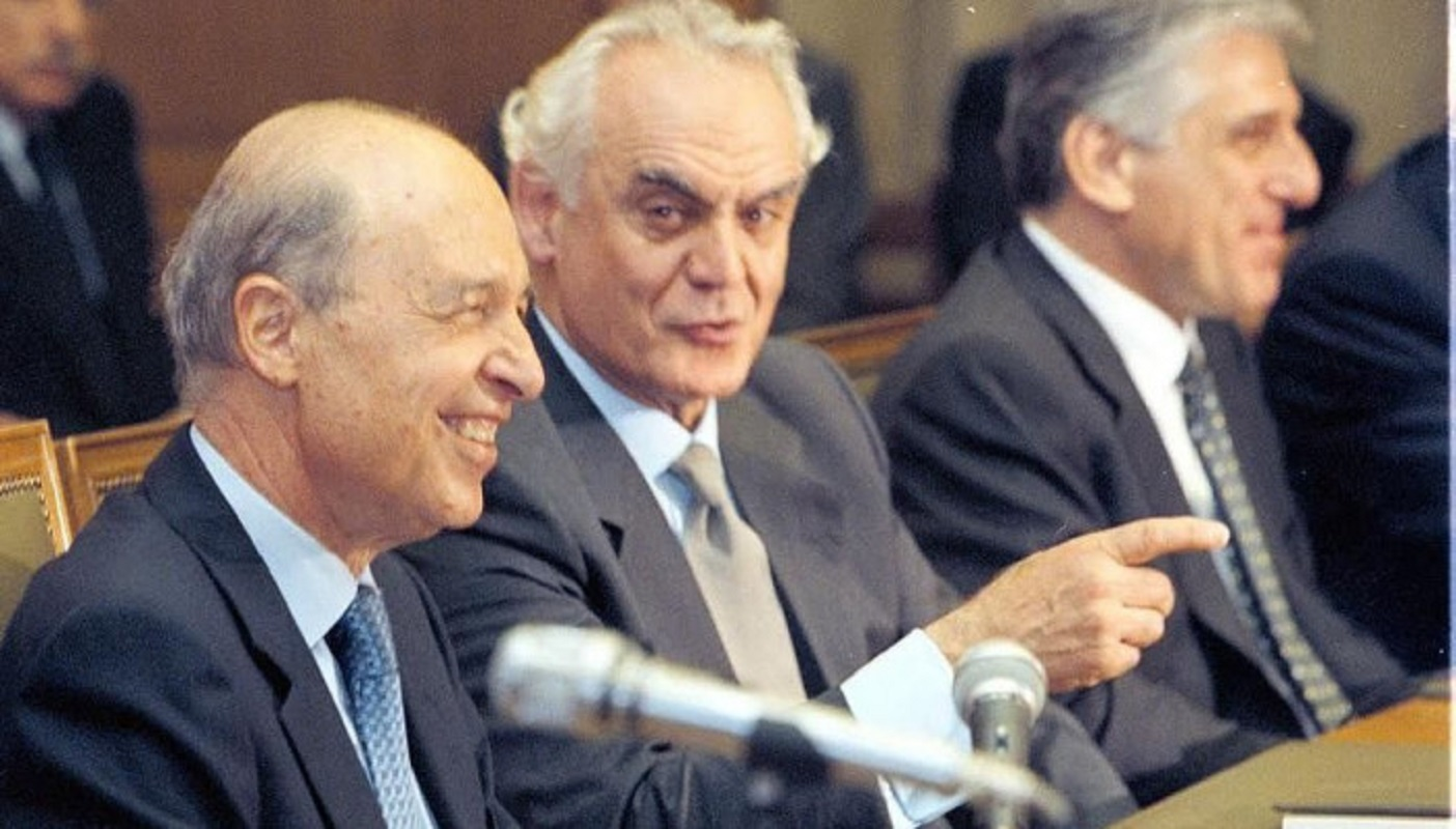 Υπουργός του πατριωτικού ΠΑΣΟΚ σπάει τη σιωπή του 26 χρόνια μετά και καρφώνει τον Σημίτη για εθνική μειοδοσία!