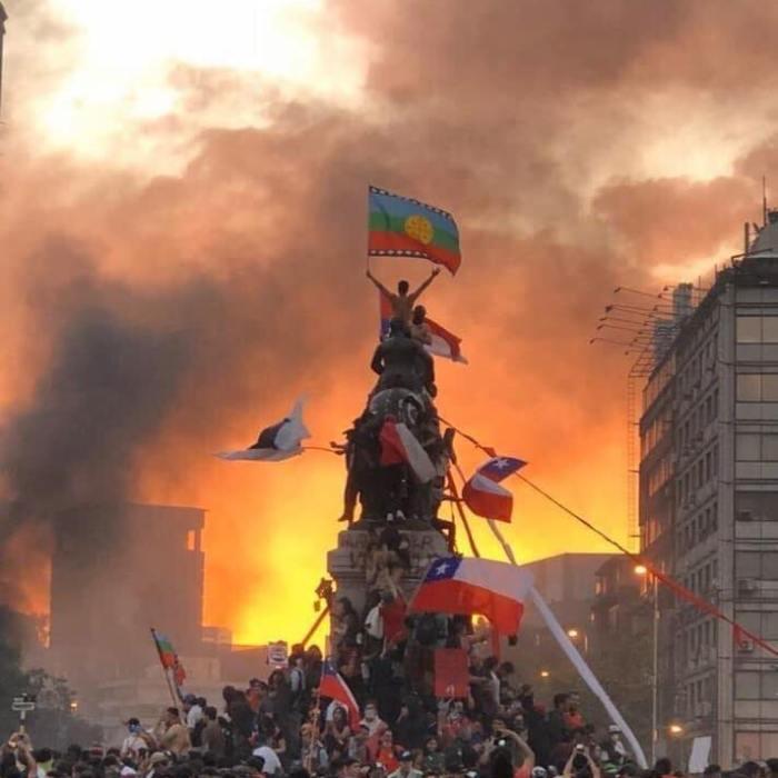 El pueblo unido, jamás será vencido! Οι μαζικές διαδηλώσεις συνεχίζονται στη Χιλή. Στην πρωτεύουσα Σαντιάγο ορχήστρα παίζει το «Λαός Ενωμένος, Ποτέ Νικημένος», τραγούδι που γράφτηκε το 1973 λίγους μήνες πριν το βίαιο πραξικόπημα του δικτάτορα Πινοσέτ και τη δολοφονία του Αλιέντε. 🇨🇱 A Chilean orchestra gave an open-air performance of El pueblo unido, jamás será vencido! (The people united will never be defeated) in Santiago. The song was written in 1973, only months before the violent coup by dictator Augusto Pinochet, who assumed power in September. Το ποτάμι δεν γυρίζει πίσω ! #Venceremos Τεράστια πορεία, τώρα ανάμεσα στη Viña και την Valpo, τσουναμι που δεν σταματά, ο αγώνας για δημοκρατία στη Χιλη. Valparaiso ahora gran marcha . Esto no ha terminado Recién puedo postear algunos de los momentos hermosos que vivimos hoy. Con ustedes, el momento de silencio por los caídos en esta lucha. #αγανακτισμενοι #συνταγμα #puertadelsol #indignados #Movimiento15M #ChileProtests #ChileResiste #ChileQuiereCambios #ChileDesperto #NoMasNeoliberalismo #antiausterity #LaMarchaMasGrande #LaMarchaMasGrandeDeChile2 #AcusaciónConstitucional #PineraDicatador #PiñeraRenuncia #Pinera #ChileDesperto #Octubre2019 #EstoEsHermoso #EstoNoHaTerminado #EstoReciénComienza