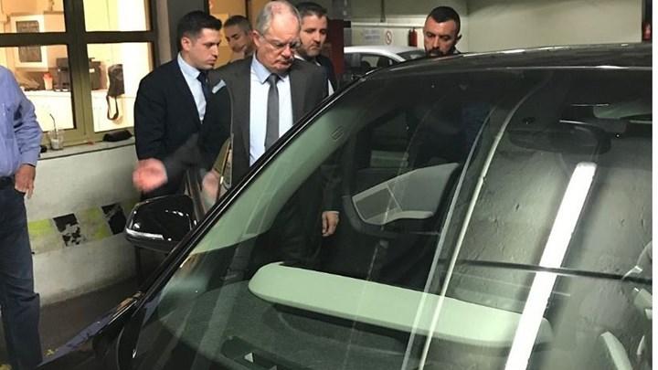 Περάστε κόσμε. Ηλεκτρικά αυτοκίνητα τελευταίας τεχνολογίας, μοιράζει τζάμπα στους βουλευτές ο Μητσοτάκης.
