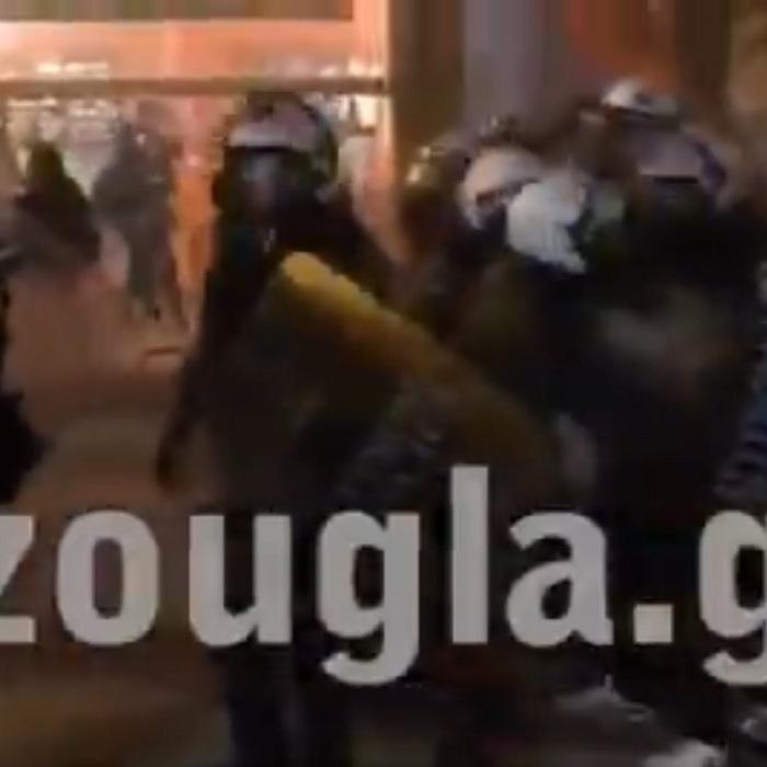 Αστυνομική βία : ΜΑΤατζής χτυπάει με πυροσβεστήρα πολίτη