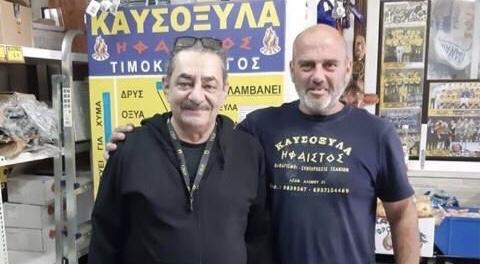 Ο Αντώνης Καφετζόπουλος διαφημίζει κούτσουρα για τις κρύες νύχτες του χειμώνα.