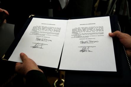 Οι υπογραφές του προέδρου του ΣΥΡΙΖΑ Αλέξη Τσίπρα και του Προέδρου της Δημοκρατίας Κάρολου Παπούλια στο πρωτόκολλο ορκωμοσίας μετά την πολιτική του ορκωμοσία στο Προεδρικό Μέγαρο, Αθήνα, τη Δευτέρα 26 Ιανουαρίου 2015. Με διαβεβαίωση- πολιτικό όρκο, ορκίστηκε στο Προεδρικό Μέγαρο ως πρωθυπουργός, ο Αλέξης Τσίπρας, ενώπιον του Προέδρου της Δημοκρατίας, Κάρολου Παπούλια. ΑΠΕ-ΜΠΕ/ΑΠΕ-ΜΠΕ/ΣΥΜΕΛΑ ΠΑΝΤΖΑΡΤΖΗ