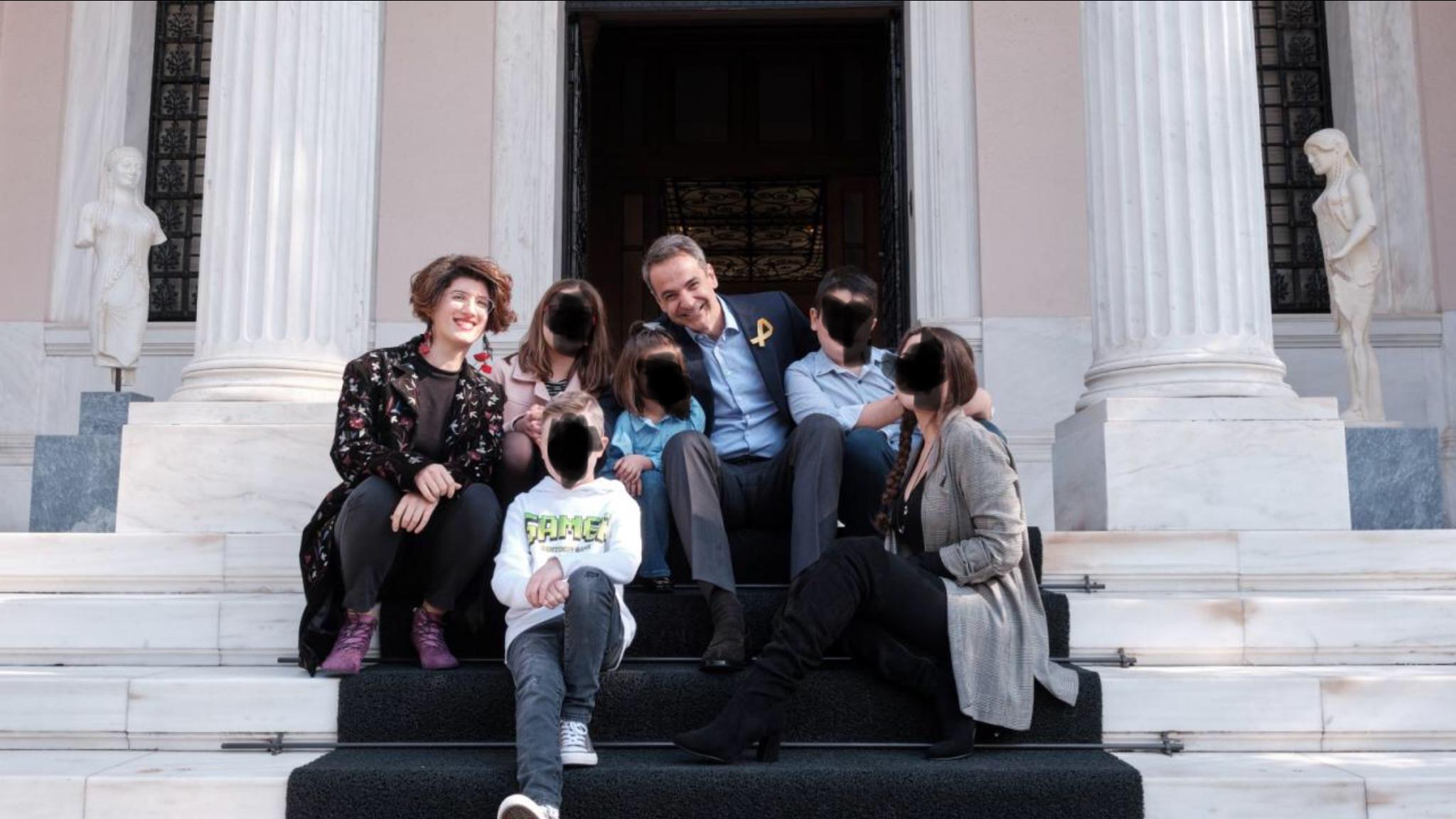 Ο Μητσοτάκης που έκοβε αντικαρκινικά φάρμακα για να μοιράζει εκατομμύρια από το ΚΕΕΛΠΝΟ σε δημοσιογράφους, φωτογραφήθηκε με παιδιά που νίκησαν τον καρκίνο