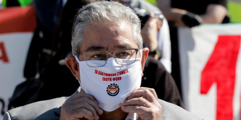 Ο Δημήτρης Κουτσούμπας με την μάσκα του ΠΑΜΕ
