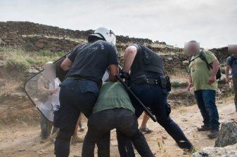 Σοκαριστική βία κατά πολιτών, που παλεύουν να σώσουν το νησί τους από την καταστροφή. Με τις ευλογίες υπουργών η καταστροφή περιβάλλοντος και η καταστολή (2)