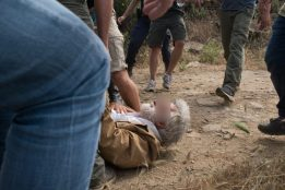 Σοκαριστική βία κατά πολιτών, που παλεύουν να σώσουν το νησί τους από την καταστροφή. Με τις ευλογίες υπουργών η καταστροφή περιβάλλοντος και η καταστολή (3)