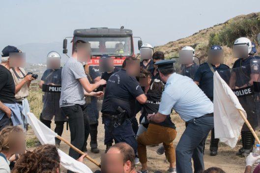 Σοκαριστική βία κατά πολιτών, που παλεύουν να σώσουν το νησί τους από την καταστροφή. Με τις ευλογίες υπουργών η καταστροφή περιβάλλοντος και η καταστολή (5)