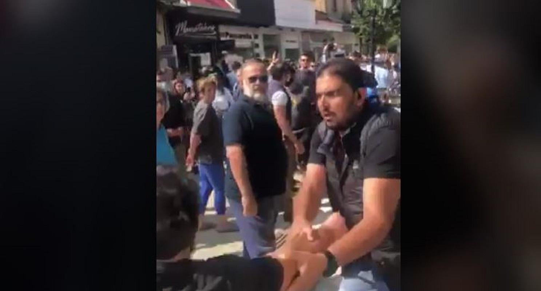 """Προπηλακισμοί πολιτών από την ασφάλεια Μητσοτάκη στην Καρδίτσα: """"Θα μας βαρέσετε κιόλας;"""" (Βίντεο)"""