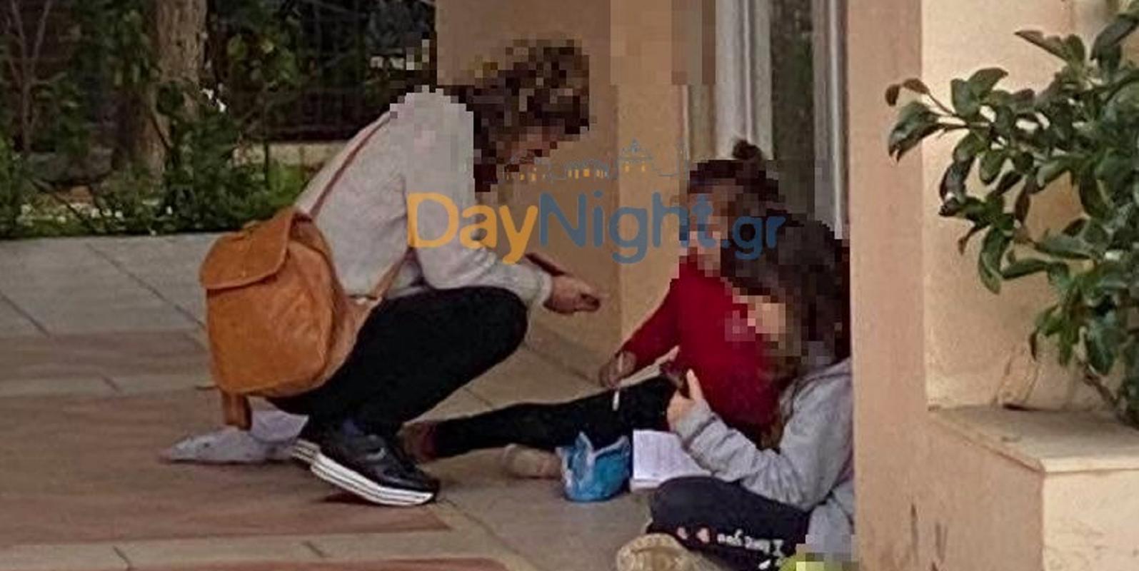 Μητέρα με 2 παιδιά σε πεζούλι για να παρακολουθήσουν τα μαθήματα (1)