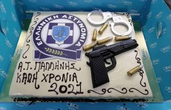 Κοπή πίτας 2021 ΕΛΑΣ: Αστυνομικοί στο ΑΤ Παλλήνης εύχονται Καλή Χρονιά με πιστόλι και σφαίρες – Ο Θεός να βάλει το χέρι του