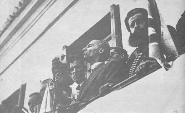 Ο Τάκης Φίτσος δίπλα στον Άρη Βελουχιώτη στην ιστορική συγκέντρωση στην Λαμία,Οκτώβρης 1944