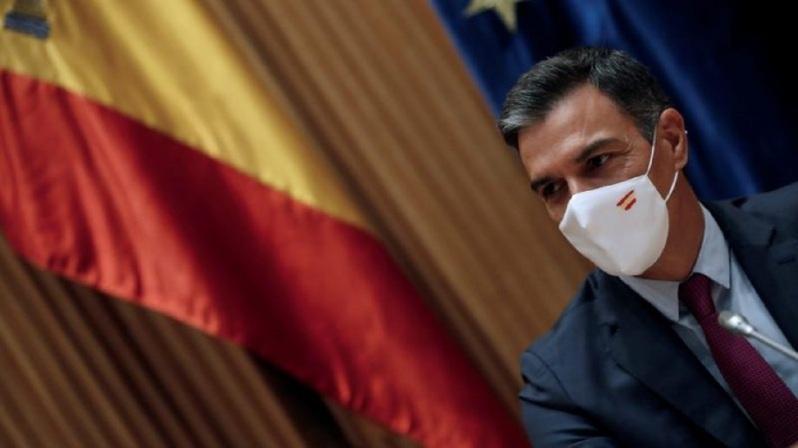 Ισπανία: «Η αύξηση κατά 15 ευρώ το μήνα (περίπου 1,6%) θα εφαρμοστεί (αναδρομικά) από την 1η Σεπτεμβρίου 2021». Η αριστερή ισπανική κυβέρνηση και τα συνδικάτα σφράγισαν χθες, Πέμπτη, το βράδυ μια συμφωνία για μια μικρή αύξηση του κατώτατου μισθού έπειτα από ημέρες διαπραγματεύσεων που διεξήχθησαν σε τεταμένη ατμόσφαιρα, ανέφεραν οι δύο πλευρές σε ανακοίνωση που εξέδωσαν. ΔΙΑΒΑΣΤΕ - ΕΛΛΑΔΑ: Τιμές ΦΩΤΙΑ στα Σχολικά Είδη - Σε απόγνωση οι γονείς «Η αύξηση κατά 15 ευρώ το μήνα (περίπου 1,6%) θα εφαρμοστεί (αναδρομικά) από την 1η Σεπτεμβρίου 2021», ανακοίνωσαν το υπουργείο και τα συνδικάτα CCOO και UGT στην κοινή ανακοίνωσή τους. Η συμφωνία αυτή, που αυξάνει τον κατώτατο μισθό στα 1.125 ευρώ μηνιαίως μικτά για 12 μήνες δεν έχει αντίθετα υπογραφεί από την εργοδοσία, η οποία υποστηρίζει πως μια νέα αύξηγση του κατώτατου μισθού μπορεί να υπονομεύσει την ανάκαμψη. Αυτή η αύξηση των 15 ευρώ είχε αρχικά θεωρηθεί ανεπαρκής από τα συνδικάτα με φόντο την επιτάχυνση του πληθωρισμού και τις τιμές ρεκόρ του ηλεκτρικού ρεύματος. Όμως τελικά αποφάσισαν να τη δεχτούν αφού συμφώνησαν με την κυβέρνηση ότι νέες αυξήσεις θα δοθούν το 2022 και το 2023 ώστε να τηρηθεί ο στόχος να φθάσει ο ελάχιστος μισθός στο 60% του μέσου μισθού μέχρι το τέλος της τρέχουσας θητείας του κοινοβουλίου το 2023. Το 2019 η κυβέρνηση του πρωθυπουργού Πέδρο Σάντσεθ είχε ήδη αυξήσει τον ελάχιστο μισθό κατά 22%, στα 1.050 ευρώ μικτά. Την ανατίμηση αυτή είχε ακολουθήσει μια δεύτερη αύξηση κατά 5,5% τον Ιανουάριο 2020. Οι αυξήσεις αυτές, οι οποίες είναι οι μεγαλύτερες που έχουν γίνει εδώ και δεκαετίες, έχουν στόχο την αύξηση του ισπανικού κατώτατου μισθού --που ήταν μέχρι τότε πολύ χαμηλός-- στο επίπεδο αυτού των ευρωπαίων γειτόνων της Ισπανίας.
