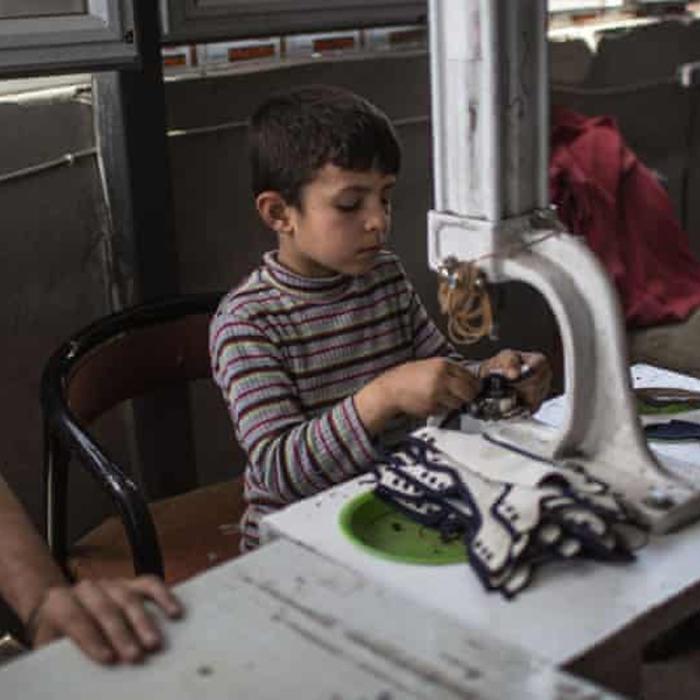 Μικρός πρόσφυγας από την Συρία, αντί σχολείου εργάζεται σε sweatshop στην Τουρκία (Φώτο: Guardian)