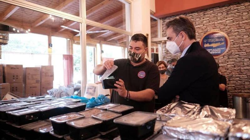 Κυριάκος Μητσοτάκης, ο πρωθυπουργός που αντί να λάβει μέτρα για να μην τρώνε οι άνθρωποι από τα συσσίτια, μοιράζει ο ίδιος το συσσίτιο